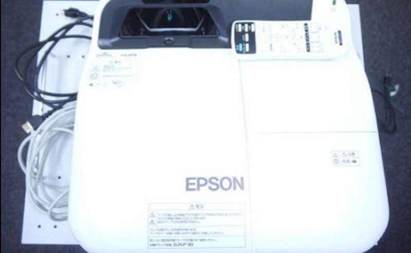 エプソン EB-580(超短焦点の高機能プロジェクター) VGA/HDMIケーブルが用意してあります。 iOS/Mac、タブレットPCを接続する場合は変換アダプタをご用意ください。