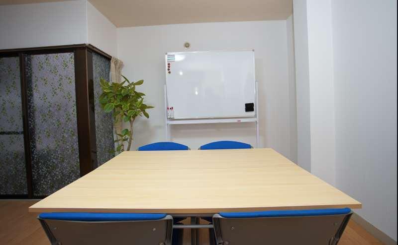 机2つ、椅子4個だけの少人数も使えます。