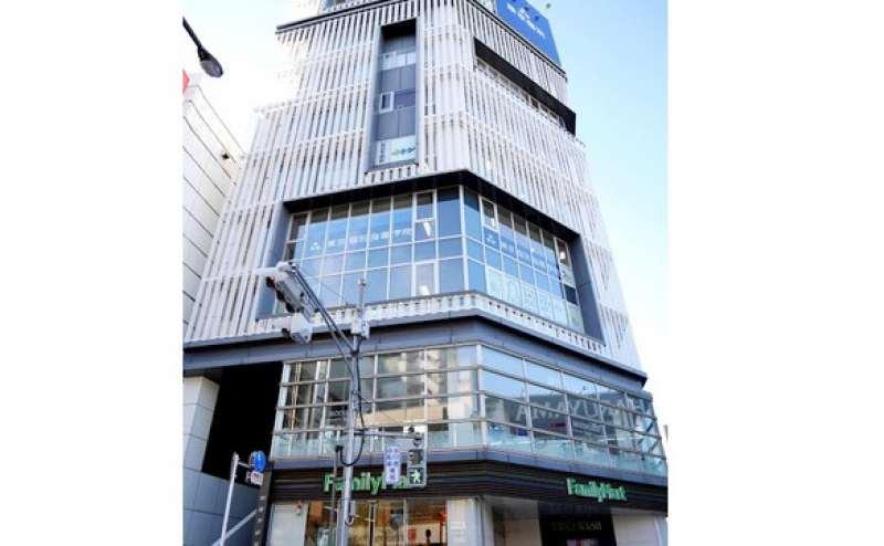 人気の吉祥寺エリア  大きな窓が特徴の建物