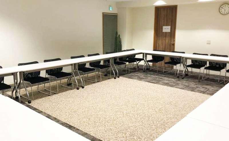 テーブルをロの字型に並べたレイアウトです。会議や面接、グループディスカッション向け