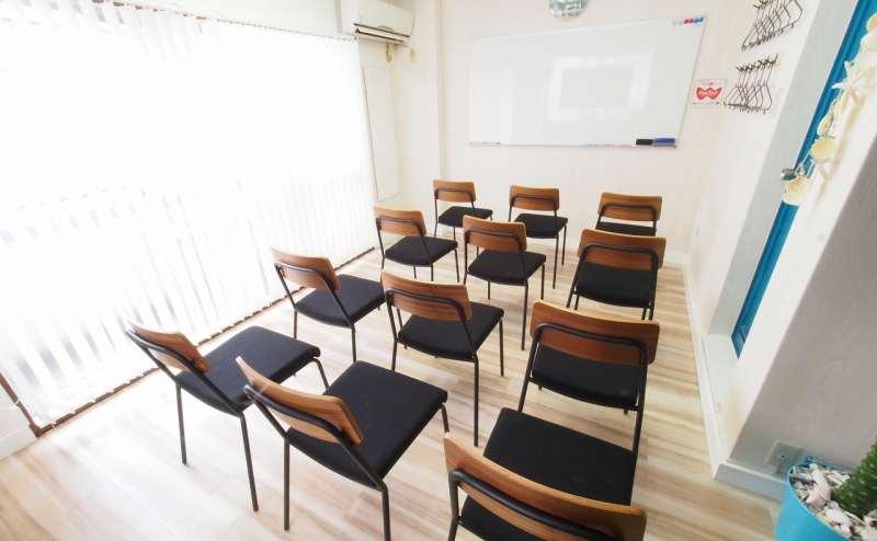 椅子のみをホワイトボードに向けたセミナー向けレイアウト