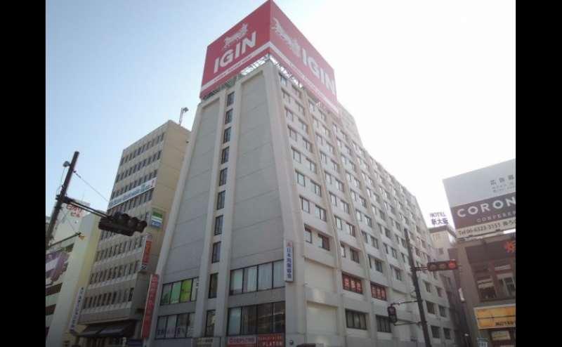 建物の外観です。新大阪駅東口を出て真正面のビルです。