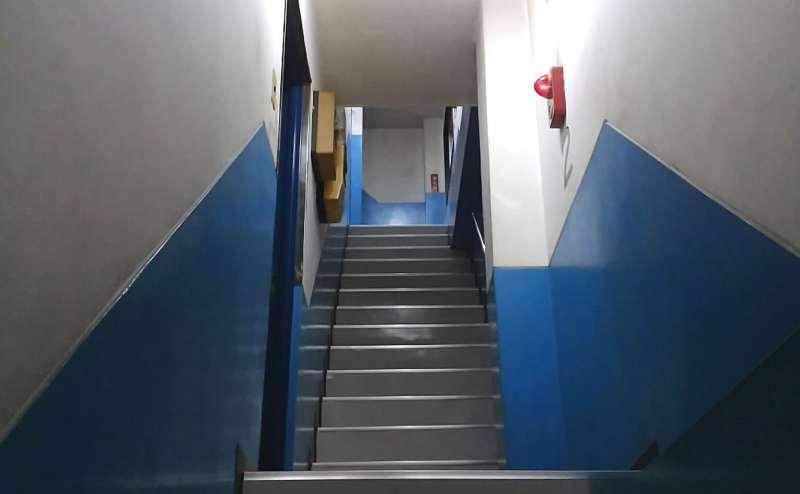 会議室は4階。こちらをお上りください