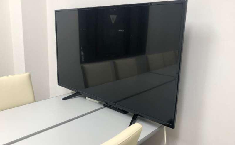 50インチテレビモニター。PCを接続して会議資料の写したり、地上波のスポーツ観戦も!