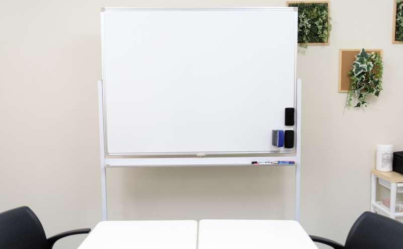 少人数向け貸し会議室「みーてぃんぐすぺーす本町」のホワイトボードは、120cm×90cmです。