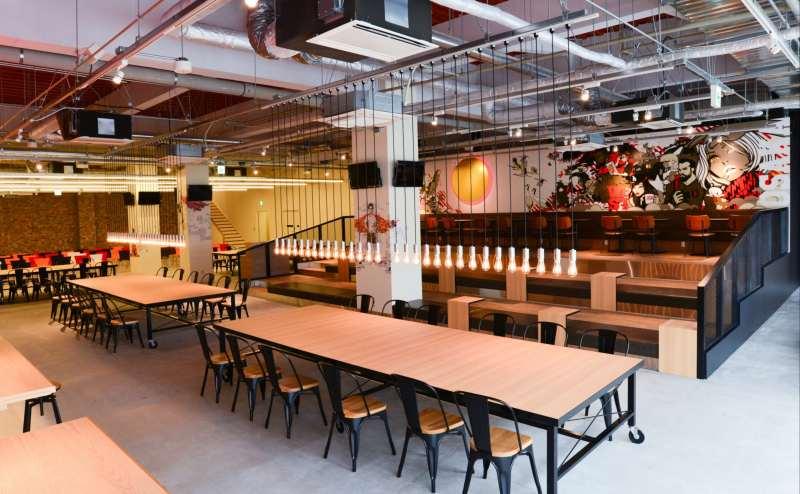 併設のカフェは広々としたスペースで、ランチや休憩以外にも、打ち合わせ利用にも最適!