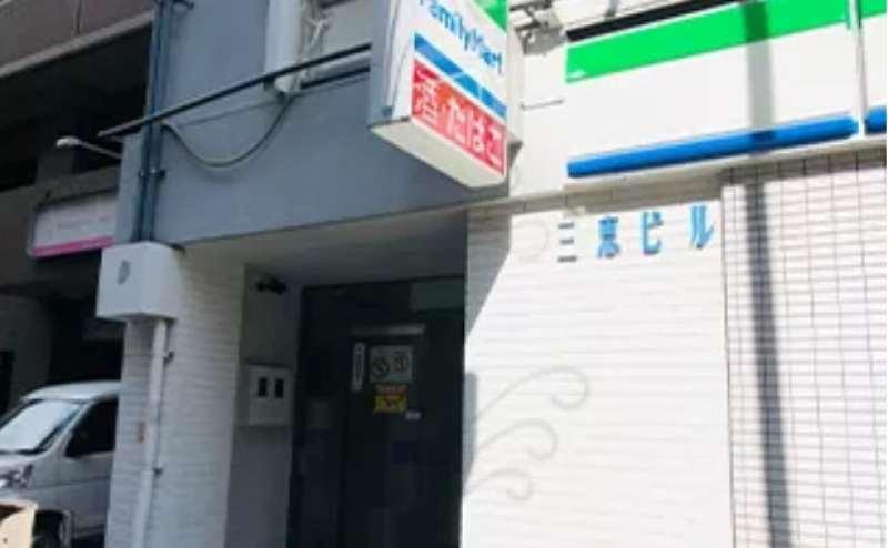 ファミリーマート栄武平通店が1階にあるビルの2階です。わかりやすい場所にあります