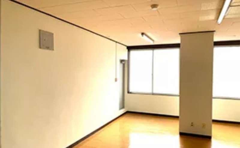 窓のある開放的なスタジオは写真や動画の撮影にもぴったりです
