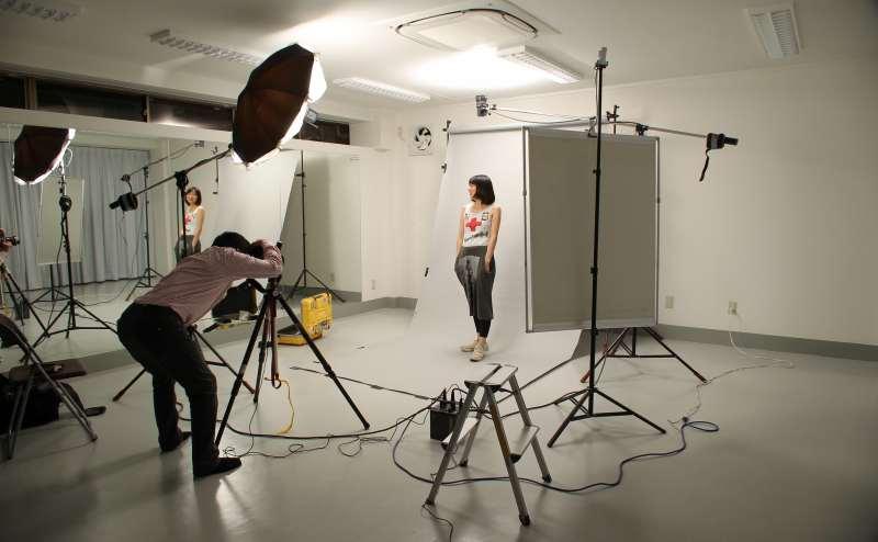 背景紙(白色のみ、スタジオに常備=別料金1000円)を用いての撮影。照明等は、持ち込みにてお願いします。