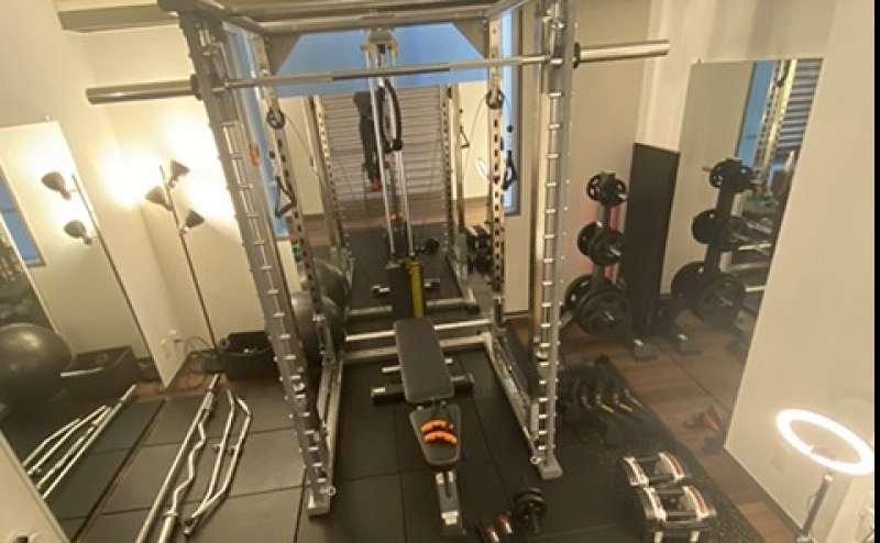 本格的なトレーニングマシンが揃った女性専用トレーニングスペース。間接照明を使った落ち着きのある空間です