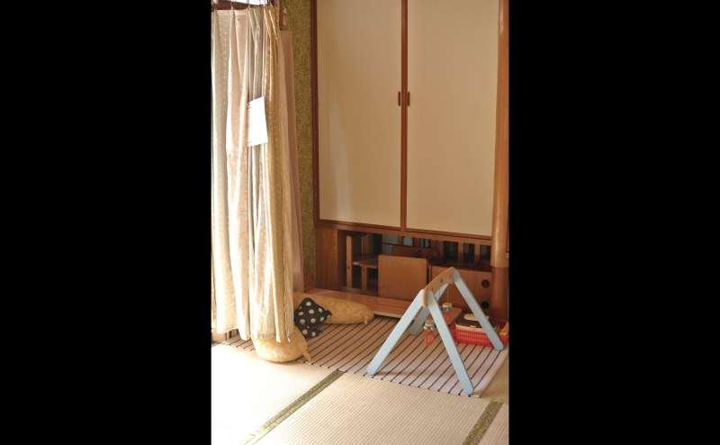 6畳の和室。普段はオムツ替えと授乳スペースとして使用しています。