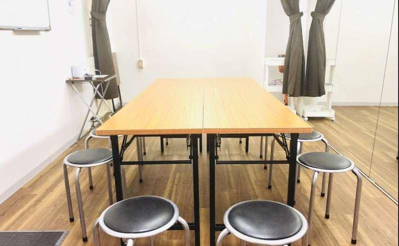 テーブルと椅子もございます。最大収容10名様で会議室利用もできます。完全個室の静かな環境です