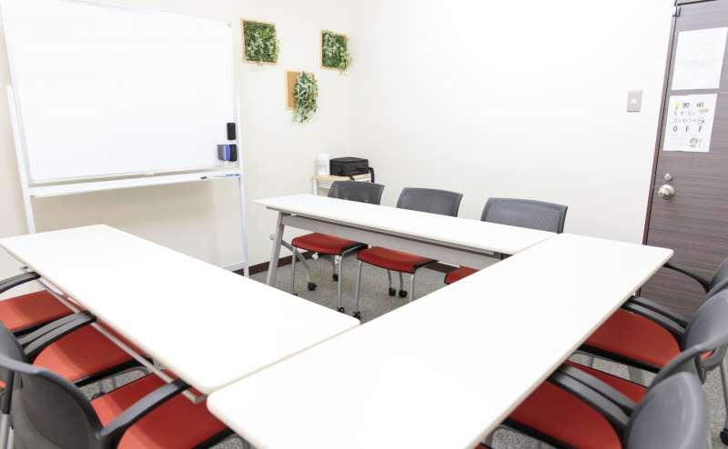 少人数向け貸し会議室「みーてぃんぐすぺーす本町」は、明るく清潔な貸し会議室です。