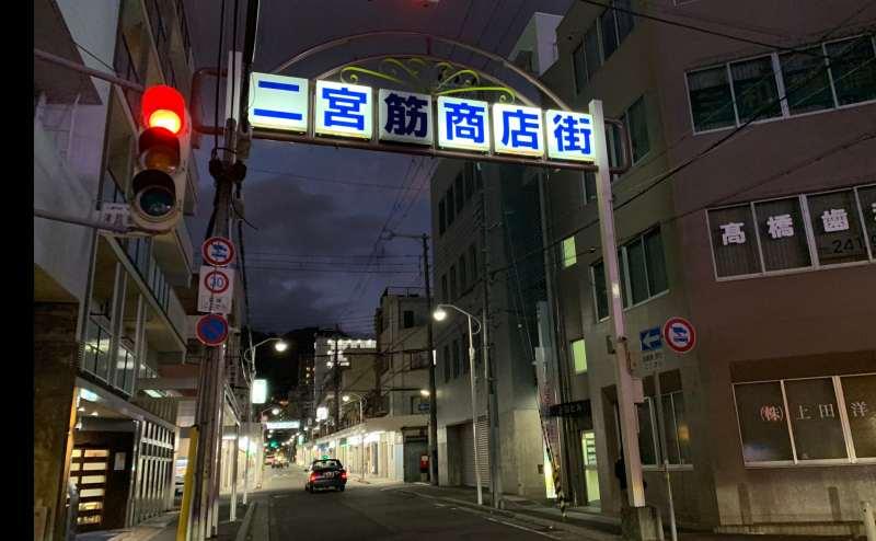 近くには商店街もあります。