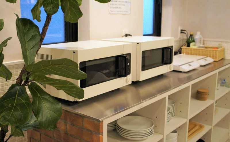 キッチンには、調理器具やお皿、コップなどがございます。
