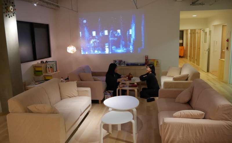 大型スクリーンに映画を写したり、上映会をすることができます。