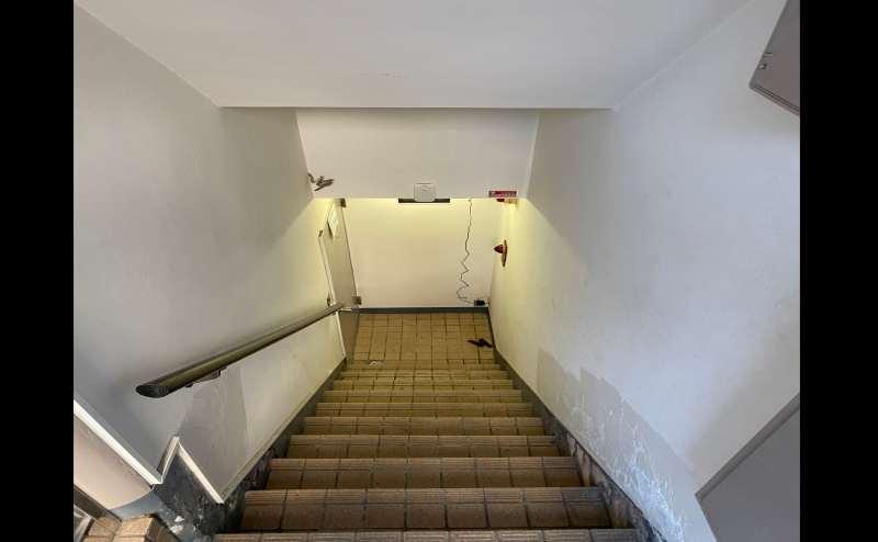 入り口をあけるとすぐに階段があるので、下ればスペース入り口です。
