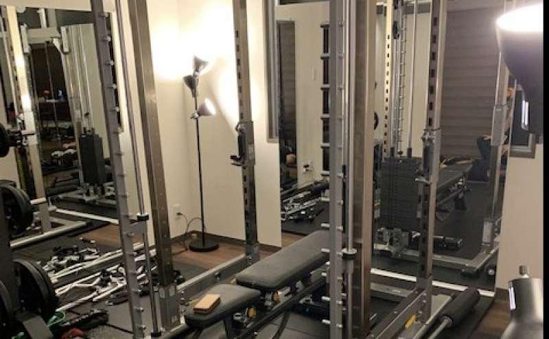 正面に2枚(80cm)両脇と手前に3枚(120cm)の鏡を設置しています