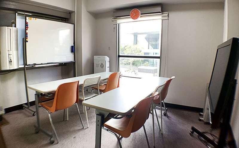 セミナーや研修会にはスクール形式で。大きな窓があり、採光・換気もバッチリ♬
