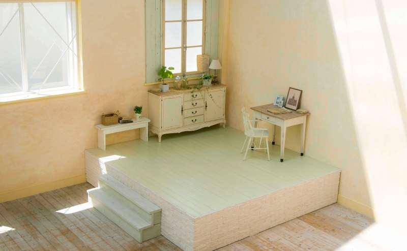 【A-Room】ペールグリーンのステージとオフホワイトのアンティーク調のチェストと机