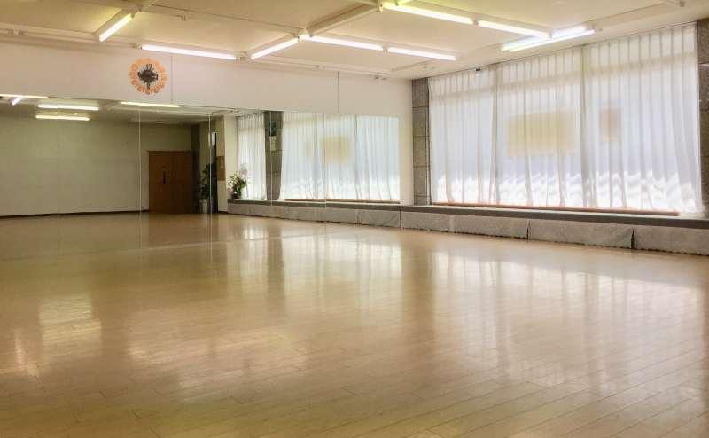 【広さ】10m×10m 【床の仕様】 体育館仕様(30cmごとにスプリング使用)
