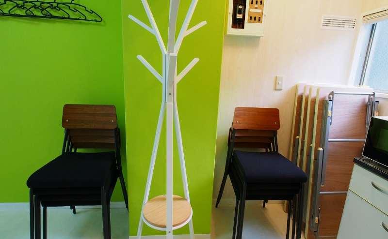 椅子とテーブルはこちらに置けます。