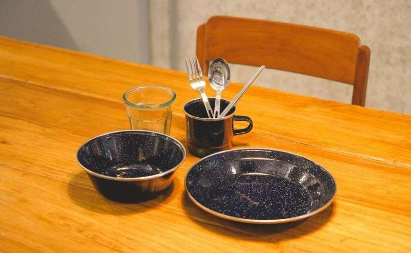 食器セット:グラス、ホーローマグ、ホーローボール(16センチ)、ホーロープレート(22センチ)、フォーク、スプーン、箸×12セット