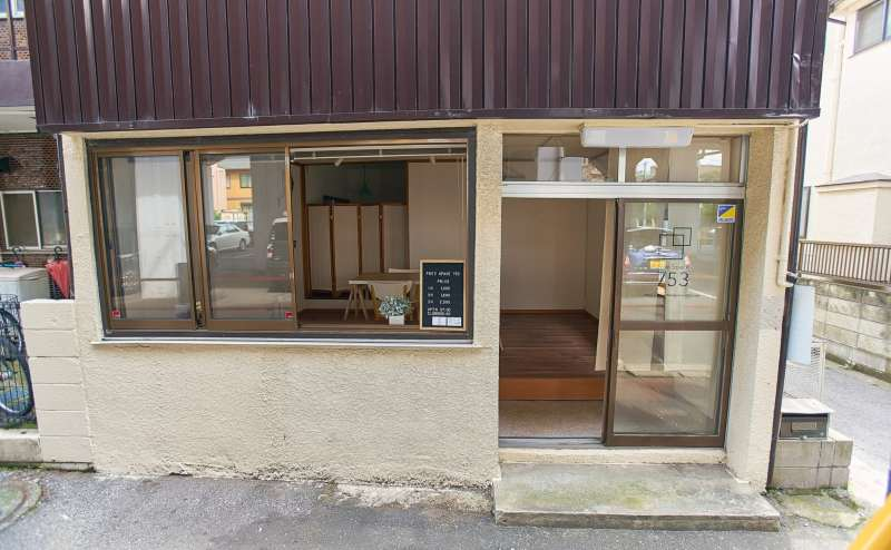 店舗外観、店内はリノベーションで綺麗です!