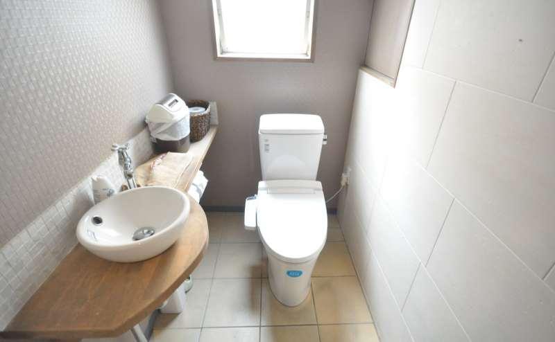 トイレはお部屋を出てすぐ隣のビルの共用トイレがございます。