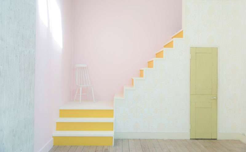 【A-Room】ピンクと黄色が印象的な階段スペース