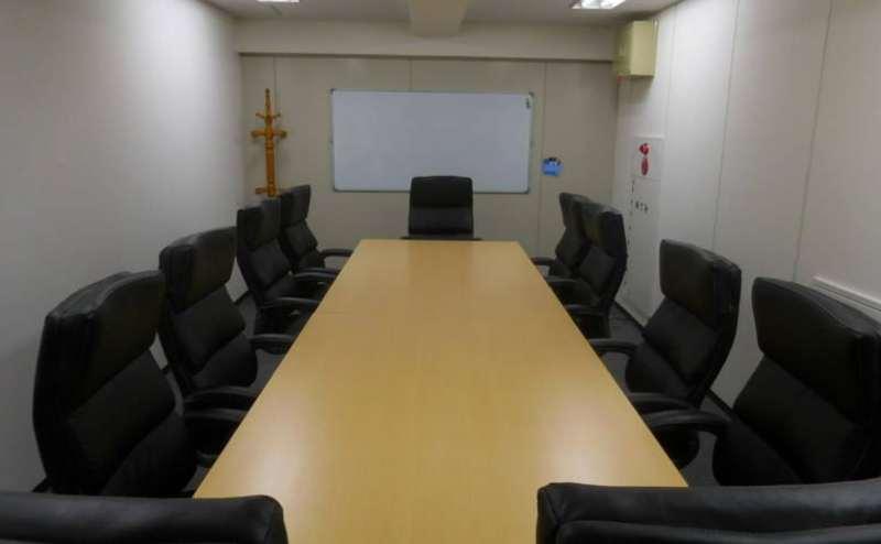 ゆったり座れる背もたれ付きの椅子。役員会議や商談にぴったりです