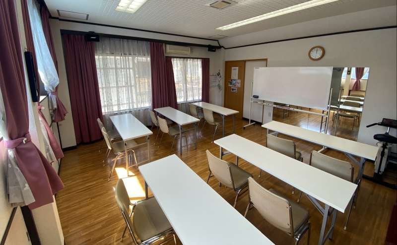 お教室、セミナー、会議などに。長テーブル6台までご利用可。