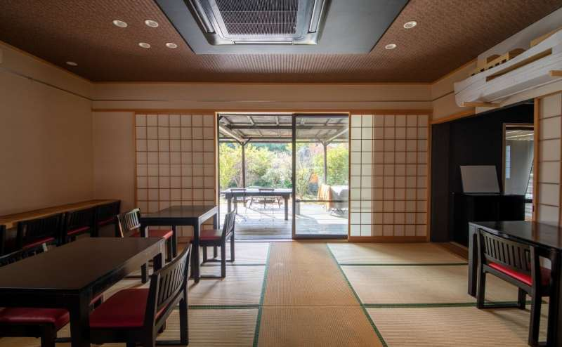 和室14畳の開放的な窓からテラスへ出られます。