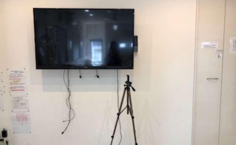 大型モニターも設置。YouTubeの画像見ながらダンスの練習できます