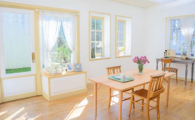【C-Room】白を基調とした明るいお部屋です。芝生や外のグリーンが映えます。