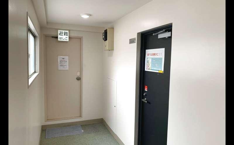 写真右手がおてがる会議室in758 Share8P『スマイル』の入口になります