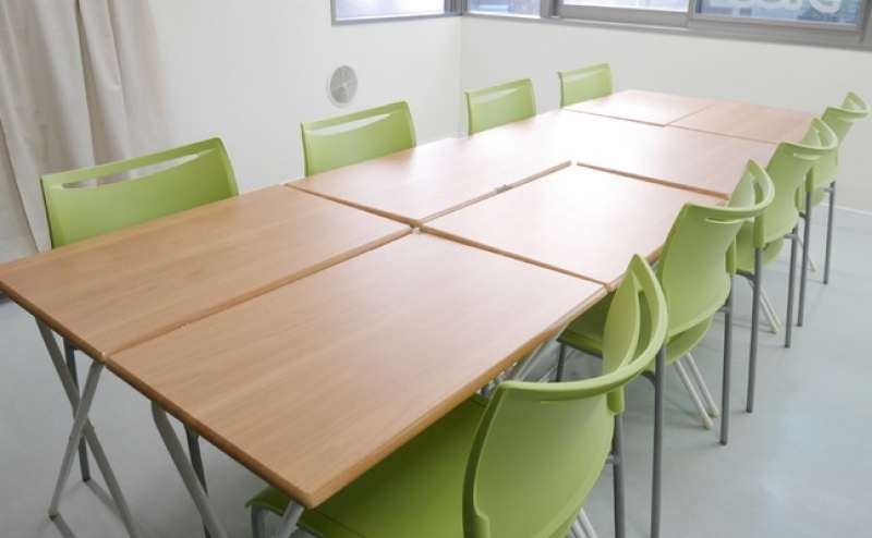 ウッドの机とグリーンの椅子がお部屋を爽やかに演出