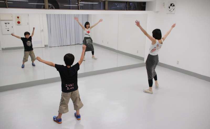 壁一面の鏡と、アンプ&スピーカー(コネクターにスマホ等を接続可能)を用いて、硬質床で、ダンス練習