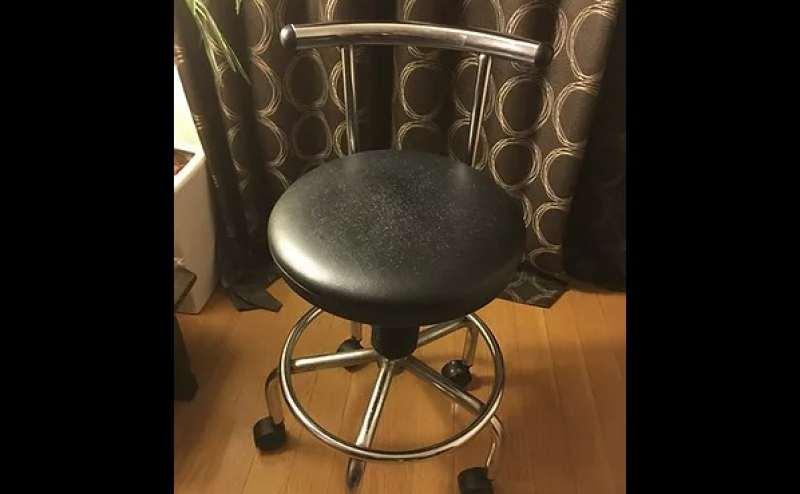 移動自由な背もたれ付き円椅子。施術にも