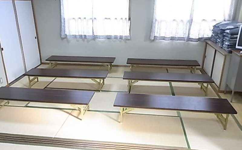 低い机と高い机を用意していますので自由にお使いください。