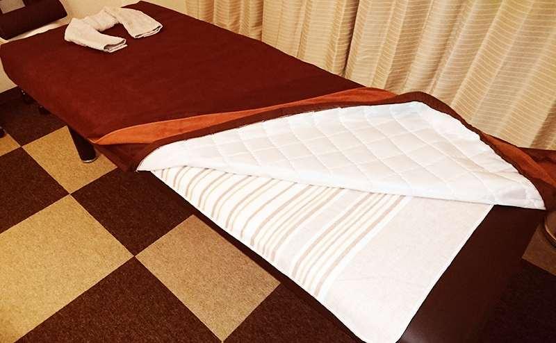 サロンベッドのタオル下には電気敷毛布(冬季限定)