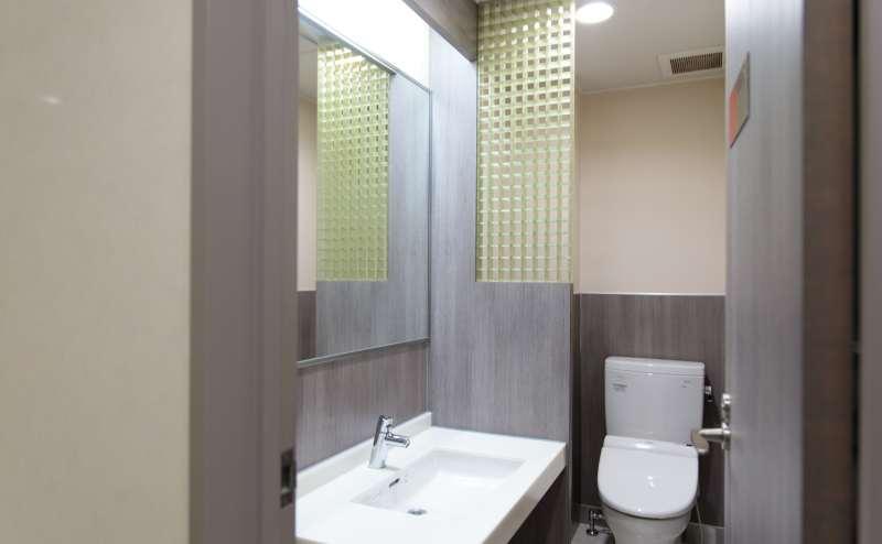 少人数向け貸し会議室「みーてぃんぐすぺーす本町」のあるビルは、共用部もおしゃれで清潔、エレベーターもあります。