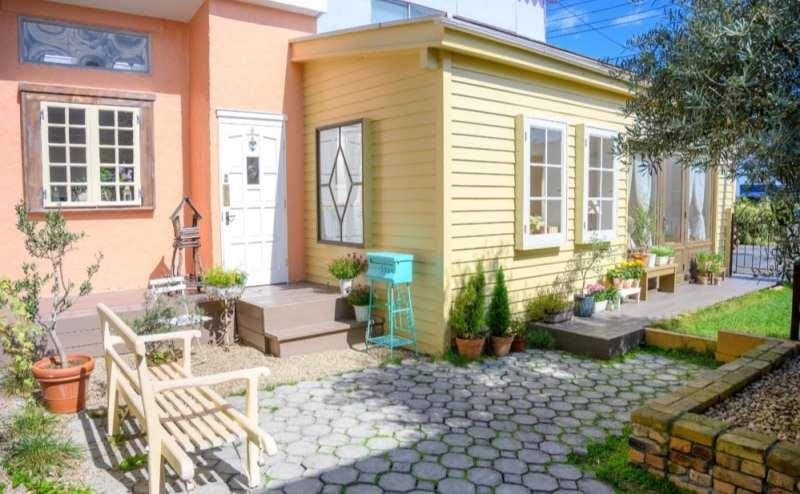 【ガーデン】印象的なオレンジと柔らかなクリーム色の外壁です