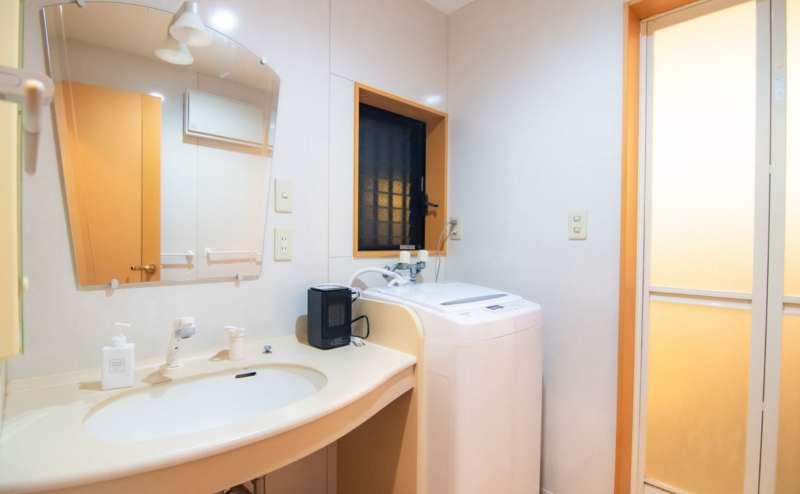 清潔で明るい洗面台。水回りは特に気をつけて清掃しております