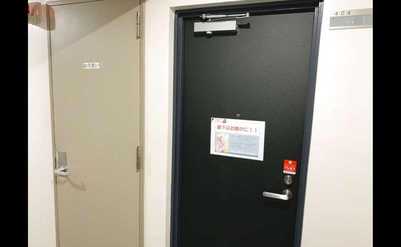 右手が会議室『モノトーン』左手がトイレ(男女共用)です