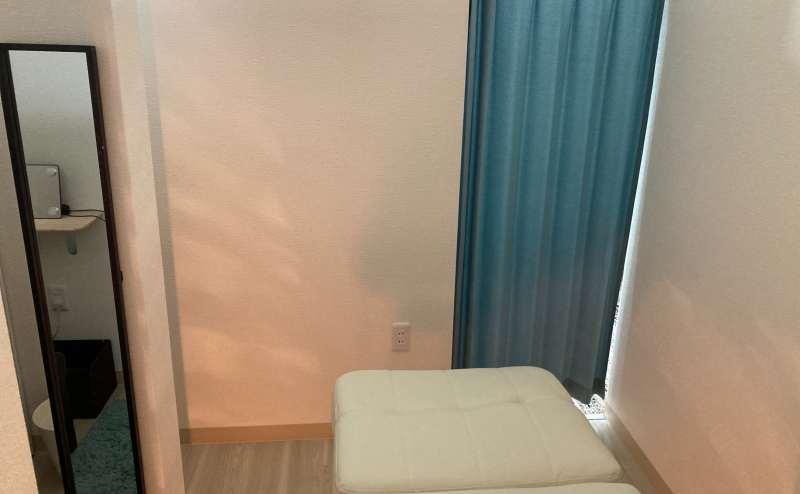内側から外に向けた写真です。緑のカーテンで個室になります。