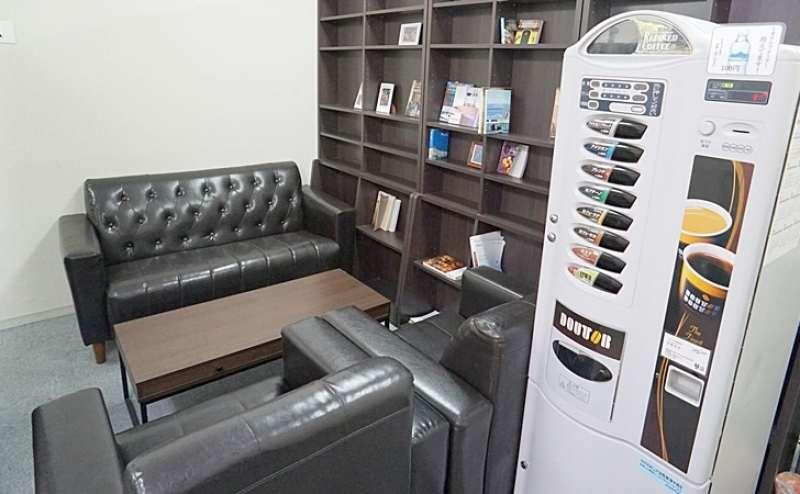 待合室 4名掛けソファーテーブルと2名カフェテーブルチェアがございます。ドトールコーヒーさばーもございます。