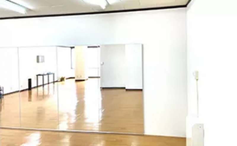 壁面大型鏡設置。ダンスだけでなく、ヨガやストレッチ、演劇や漫才の練習なども