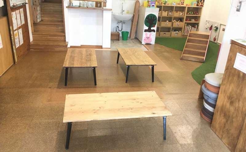 遊び場が併設されているメインのフロア。座卓を4〜6台使用すると15人程度座れます。