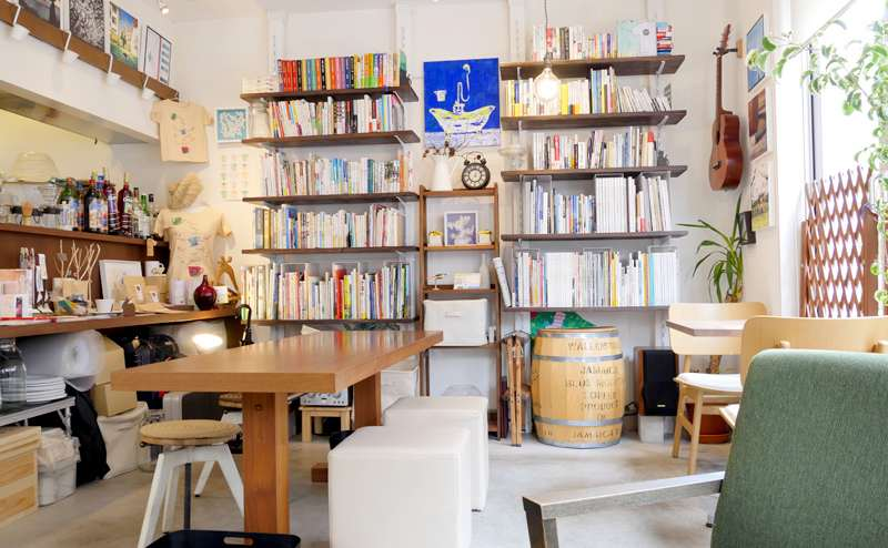 杉並区 中央線総武線 高円寺駅から徒歩6分 明るい雰囲気のブックカフェ
